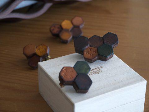 Teha'amana テハマナ Honeycomb brooch (S) ¥3,000 + tax Honeycomb brooch (L) ¥3,500 + tax